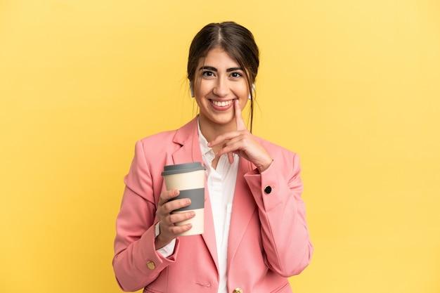 Mulher de negócios caucasiana isolada em um fundo amarelo pensando uma ideia enquanto olha para cima
