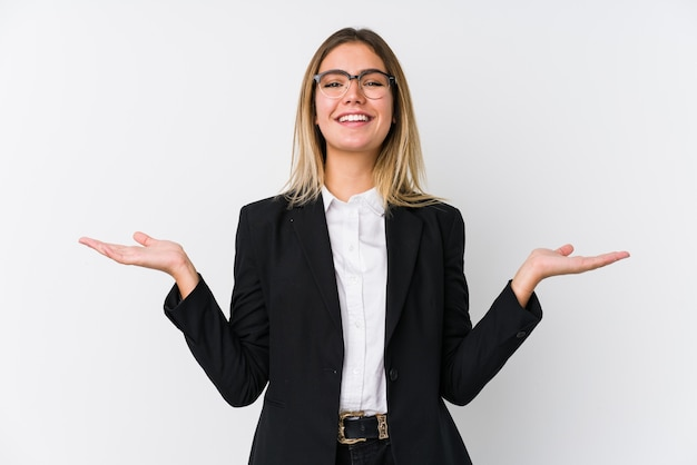 Mulher de negócios caucasiana jovem faz escala com os braços, se sente feliz e confiante.