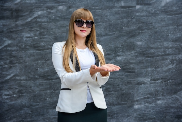 Mulher de negócios caucasiana mostrando copyspace. apresentação.