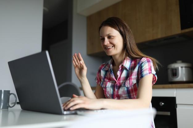 Mulher de negócios caucasiano adulto com laptop contra o retrato de fundo em casa