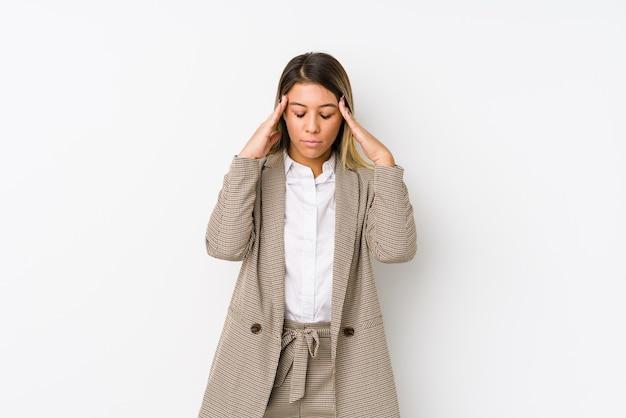 Mulher de negócios caucasiano jovem isolada tocando templos e tendo dor de cabeça.