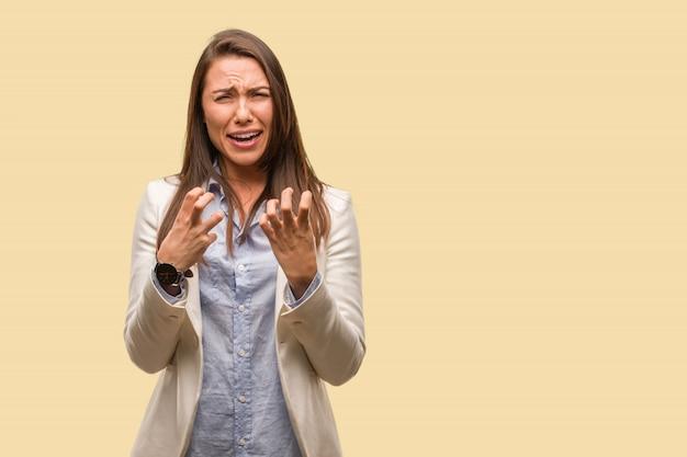 Mulher de negócios caucasiano jovem muito assustada e com medo