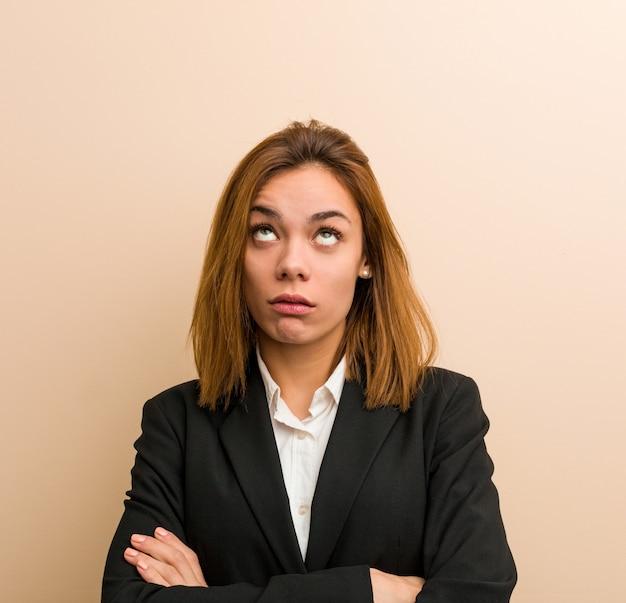 Mulher de negócios caucasiano novo cansado de uma tarefa repetitiva.