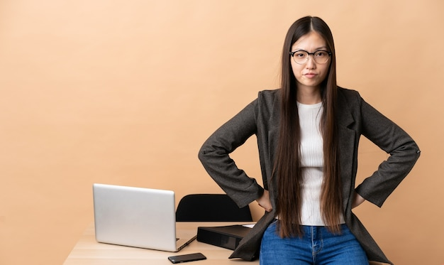 Mulher de negócios chinesa com raiva no local de trabalho