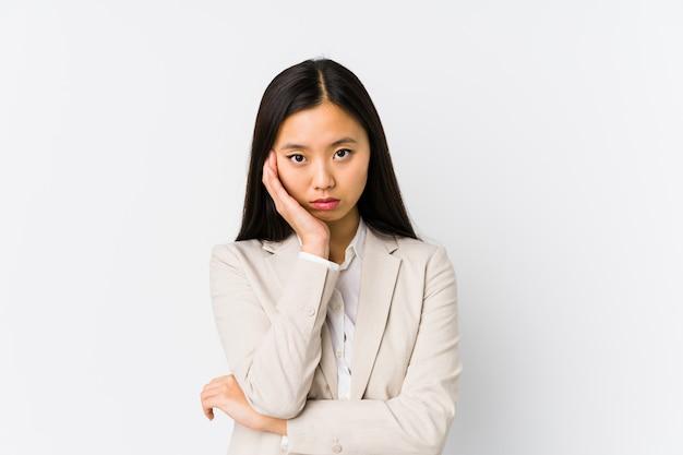 Mulher de negócios chinesa jovem isolada quem está entediado, cansado e precisa de um dia de relaxamento.
