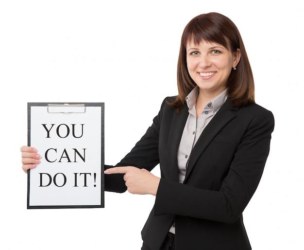 Mulher de negócios com a área de transferência com citações motivacionais