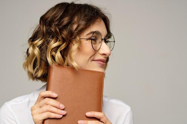 Mulher de negócios com bloco de notas e óculos isolados