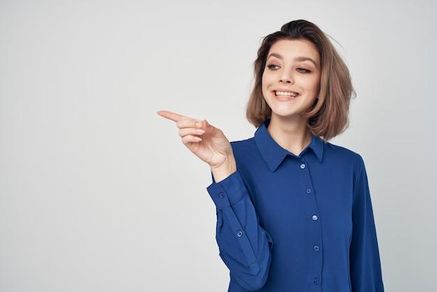 Mulher de negócios com camisa azul moda estúdio isolado fundo