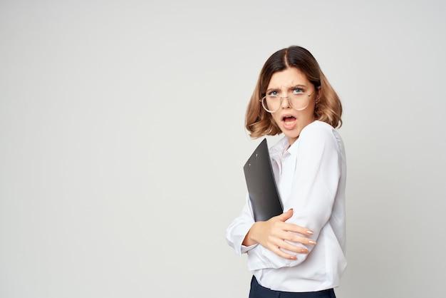 Mulher de negócios com camisa branca documenta gerente de escritório