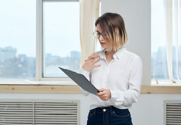 Mulher de negócios com camisa branca documenta gerente oficial
