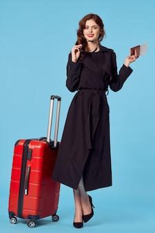 Mulher de negócios com casaco preto, bagagem, passageiro de viagem