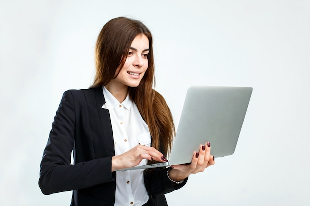 Mulher de negócios com computador portátil