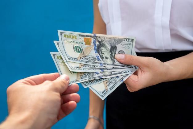 Mulher de negócios com dólares isolados em azul. conceito de finanças