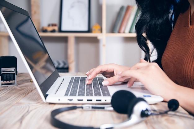 Mulher de negócios com fone de ouvido e computador na mesa