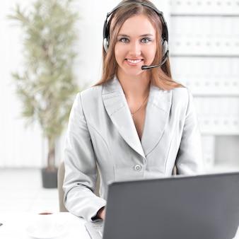 Mulher de negócios com fone de ouvido trabalhando em laptop.photo com espaço de cópia.