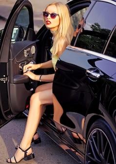 Mulher de negócios com lábios vermelhos no carro