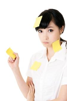 Mulher de negócios com muitas notas amarelas em seu corpo
