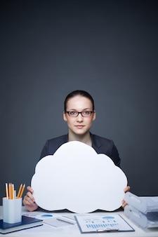 Mulher de negócios com nuvem branca