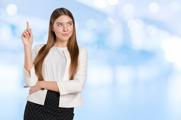 Mulher de negócios com o dedo apontar de lado