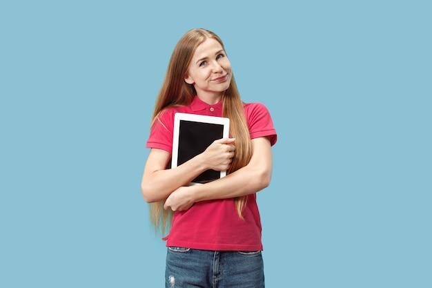 Mulher de negócios com o laptop. amor ao conceito de computador.