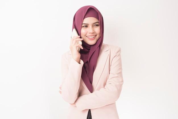 Mulher de negócios com o retrato de hijab em branco