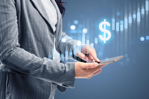 Mulher de negócios com o telemóvel, mostrando um gráfico de barras virtual do dólar. conceito de marketing digital