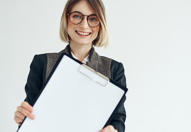 Mulher de negócios com óculos de modelo de gerente de jaqueta e uma folha de papel branca