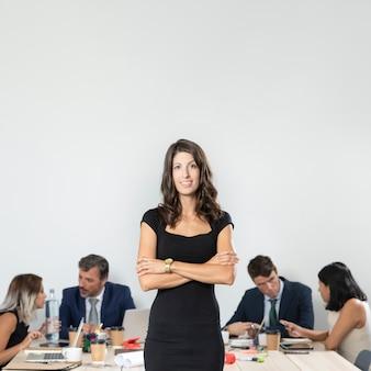 Mulher de negócios com os braços cruzados