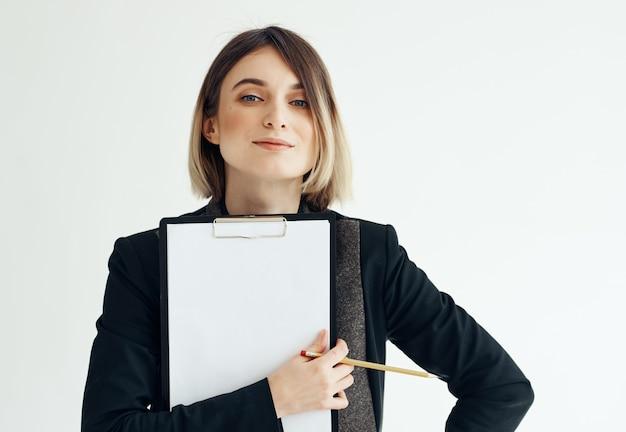 Mulher de negócios com pasta na mão.