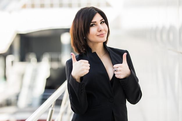 Mulher de negócios com polegar para cima no escritório
