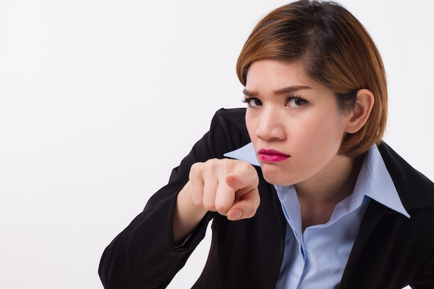 Mulher de negócios com raiva apontando para você