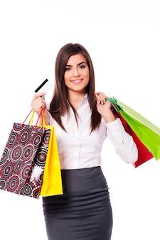 Mulher de negócios com sacola de compras e cartão de crédito
