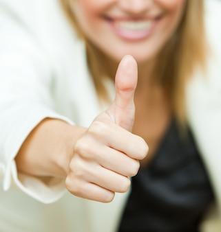 Mulher de negócios com seus polegares para cima