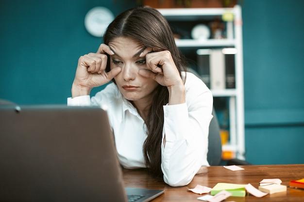 Mulher de negócios com sono no escritório
