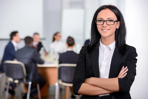 Mulher de negócios com sua equipe no escritório.