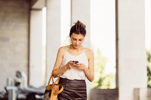 Mulher de negócios com telefone móvel