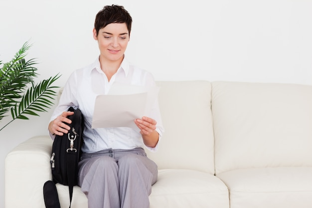 Mulher de negócios com um papel e uma bolsa