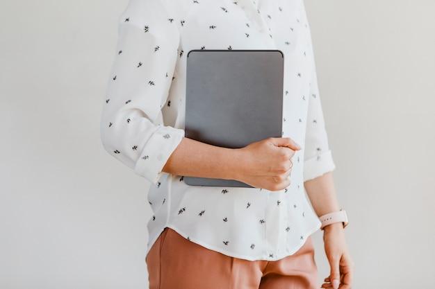 Mulher de negócios com um tablet digital em uma caixa