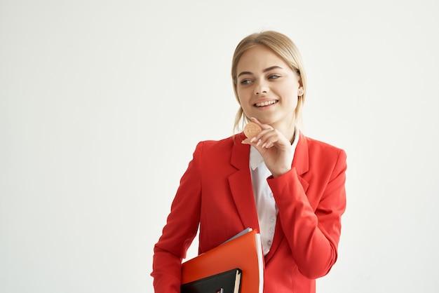 Mulher de negócios com uma jaqueta vermelha com documentos em fundo isolado na mão