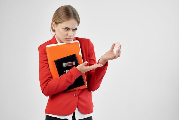 Mulher de negócios com uma jaqueta vermelha com documentos em tecnologias de mão