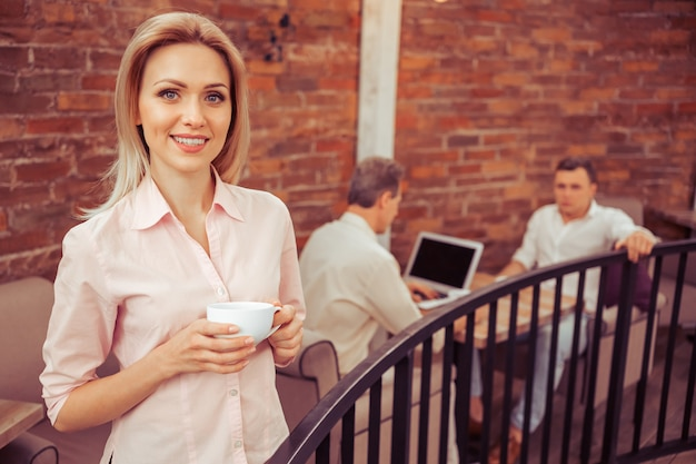Mulher de negócios com uma xícara de café.