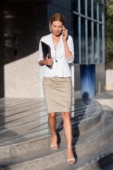 Mulher de negócios com vista frontal na escada