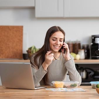 Mulher de negócios, comer e trabalhar