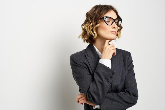 Mulher de negócios confiante em terno gesticulando com as mãos trabalhar luz de fundo. foto de alta qualidade
