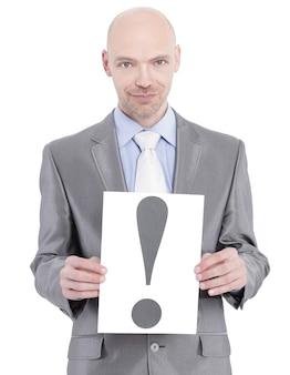 Mulher de negócios confiante segurando cartaz com um ponto de exclamação
