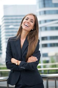 Mulher de negócios confiante sorrindo
