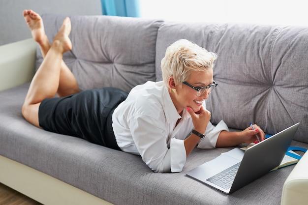 Mulher de negócios confiante usando óculos