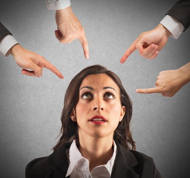 Mulher de negócios culpada injustamente por seus colegas de trabalho