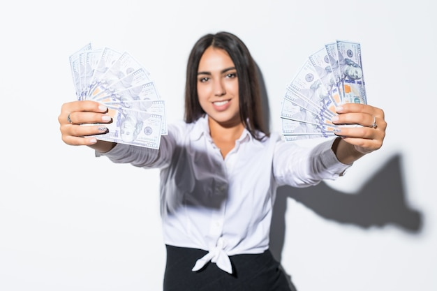 Mulher de negócios, dando dinheiro, dólares em dinheiro nas mãos de passá-los para o cliente. conceito de tempo é dinheiro. isolado, espaço para texto