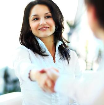 Mulher de negócios dando um aperto de mão